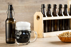 Ett glass brunt öl, på tabellen Royaltyfri Fotografi
