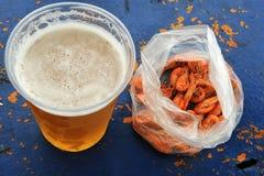 Ett glass kallt öl och skaldjur Royaltyfria Foton
