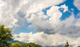 Ett glidflygplanflyg i bleuhimmel med stora vita moln Glidflygplanet är en nivå som har ingen motor royaltyfria bilder