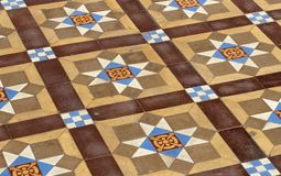 Ett golv med medeltida slitna tegelplattor arkivbild