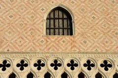 Ett gotiskt fönster av Doge& x27; s-slott Arkivfoton