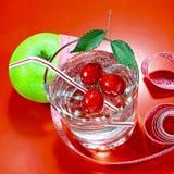Ett grönt äpple med ett mäta band Ett läckert hem gjorde drinken med nya bär i ett exponeringsglas Royaltyfri Bild