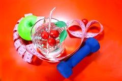 Ett grönt äpple med ett mäta band Ett läckert hem gjorde drinken med nya bär i ett exponeringsglas Fotografering för Bildbyråer