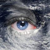 Ett grönt öga i mitt av en orkan Royaltyfri Foto