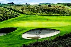 Ett grönt golffält Arkivfoto