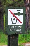 Ett grönt i dålig kondition för dricksvattentecken royaltyfri bild