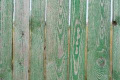 Ett grönt staket med mellanrum Arkivbild