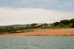 Ett Green River och ett landskap royaltyfria foton