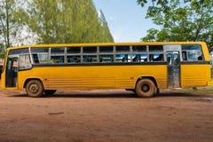 Ett gul skolbuss parkerat utomhus- royaltyfri fotografi