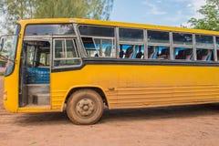 Ett gul skolbuss parkerat utomhus- arkivfoton