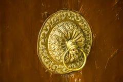 Ett guld- forntida dörrhandtag royaltyfri bild