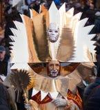 Ett guld- maskerar fotograferas i venice under karnevalet Royaltyfria Bilder