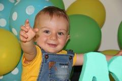 Ett gulligt behandla som ett barn pojkeskratt och lekar Fotografering för Bildbyråer