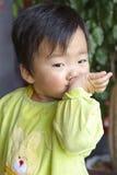 Ett gulligt behandla som ett barn äter i restaurang 库存照片