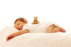 Ett gulligt litet behandla som ett barn att sova som är nyfött Royaltyfri Bild