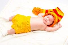 Ett gulligt nyfött behandla som ett barn att sova för flicka Behandla som ett barn sött lite ståenden Använd fotoet för att föres Royaltyfri Foto