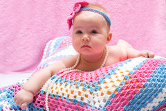 Ett gulligt nyfött behandla som ett barn att sova för flicka Behandla som ett barn sött lite ståenden Använd fotoet för att föres Arkivfoto
