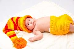 Ett gulligt nyfött behandla som ett barn lite flickan Arkivfoton