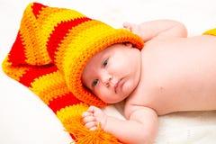Ett gulligt nyfött litet behandla som ett barn att sova för flicka Arkivbild
