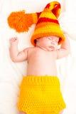 Ett gulligt nyfött litet behandla som ett barn att sova för flicka Arkivbilder