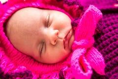 Ett gulligt nyfött litet behandla som ett barn att sova för flicka Fotografering för Bildbyråer