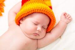Ett gulligt nyfött litet behandla som ett barn att sova för flicka Arkivfoton