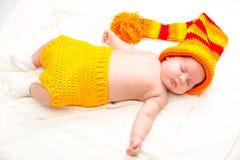 Ett gulligt nyfött litet behandla som ett barn att sova för flicka Royaltyfria Bilder