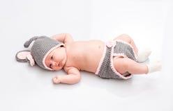 Ett gulligt nyfött litet behandla som ett barn att sova för flicka Arkivfoto