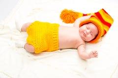 Ett gulligt nyfött litet behandla som ett barn att sova för flicka Royaltyfri Fotografi