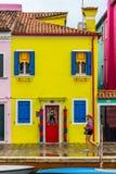 Ett gult fiskarehus i Burano, Venedig Royaltyfri Fotografi
