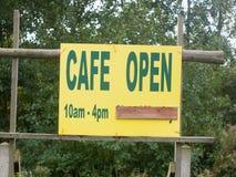 Ett gult teckenslut upp kafét öppen 10am-4pm royaltyfri bild