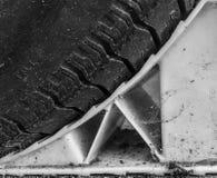 Ett gummihjul på ett hjulstopp i svartvitt royaltyfria foton