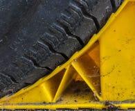 Ett gummihjul på ett hjulstopp arkivbild
