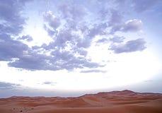 Ett härligt ökenlandskap på gryningen av ERGöknen i Marocko Fotografering för Bildbyråer