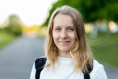 Ett härligt barn, tonårs- flicka Sommar i natur Det lyckliga ung flickainnehav hänger lös på en vitbakgrund Leenden lyckligt Frit fotografering för bildbyråer