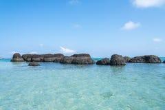 Ett härligt blått hav och vaggar stenen Royaltyfria Foton