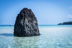 Ett härligt blått hav och vaggar stenen Royaltyfria Bilder