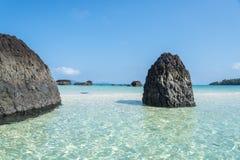 Ett härligt blått hav och vaggar stenen Arkivfoto