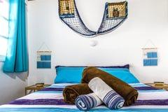 Ett härligt dubbelrum med en stor säng Ett rum i den grekiska stilen blå lokal Ett dubbelrum i hotellet En stor säng i ett hotell royaltyfria foton