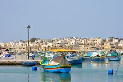 Ett härligt fiskeläge av Marsaxlokk, Malta arkivbild