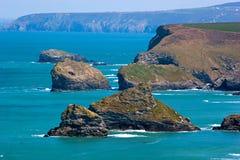 Norr Cornwall seglar utmed kusten Arkivfoton