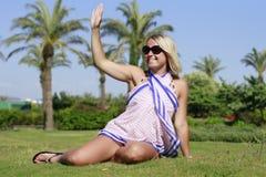 Ett härligt flickasammanträde på gräset Royaltyfri Foto