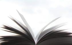 Ett härligt foto av en öppen bok Läsa och litteratur Sidor i vinden arkivbild