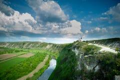 Ett härligt foto från en höjd En flod och en kyrka arkivbild