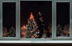 Ett härligt jullandskap utanför fönstret Arkivfoton
