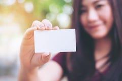 Ett härligt kort för affär för för kvinnainnehav och visning tomt med smiley vänder mot arkivbild