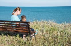 Ett härligt kvinnawuthbarn som framme ser till havet av den härliga hav- och himmelsikten Royaltyfri Fotografi