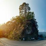 Ett härligt landskap av vägen på kullen Royaltyfri Bild