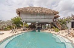 Ett härligt Palapa hus - simbassäng fotografering för bildbyråer