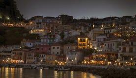 Ett härligt paradis i den Grekland Parga natten arkivbilder